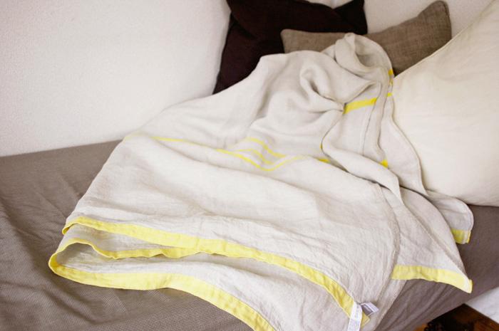 ウォッシュドリネンのため、使い始めから柔らかくさらりとした質感をお楽しみいただけます。吸水性にも優れているため、汗をかきやすいこれからの季節にぴったり。リビングでの冷房対策にも欠かせないアイテムですね。