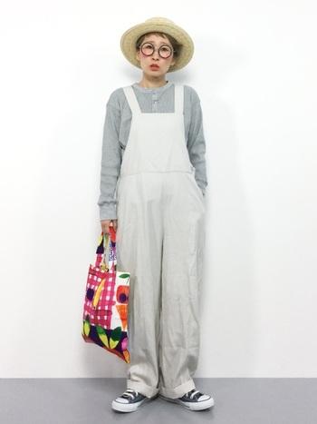 サロペットに麦藁帽というノスタルジックな装いに、カラフルでかわいいテキスタイルが利いています。