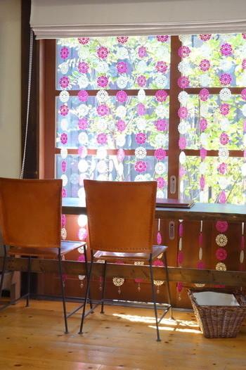 フランス語で「蜜蜂」を意味するAbeille(アベイユ)と店主のイニシャルSから名付けた「Abeille.S 」には、蜂蜜のように魅惑的なスイーツを作りたいという思いがこもっています。レトロモダンな店内で、ほーっと一息散策の休憩にぴったりのカフェです。