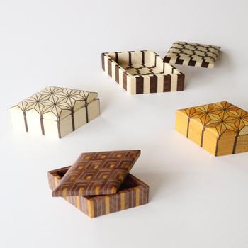 伝統的な寄木細工の技法で作られる小物入れ 合子。寄木細工というのは、あらゆる種類の木材を組み合わせ、幾何学模様を描く木工技術。箱根に根付く伝統工芸として親しまれています。