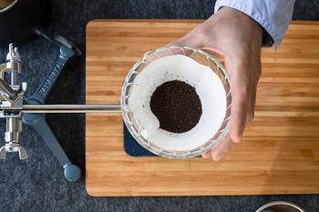 ドリッパーにフィルターをセットしたら、挽いた豆をたいらにならします。豆をたいらにすることで、じっくりと豆を蒸らし、均一にお湯を通していくことができます。
