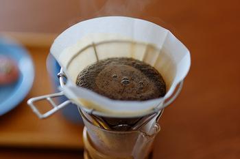 豆を十分に蒸らしたら、内側から外側、そして、外側から内側へと円を描くようにお湯を注ぎます。