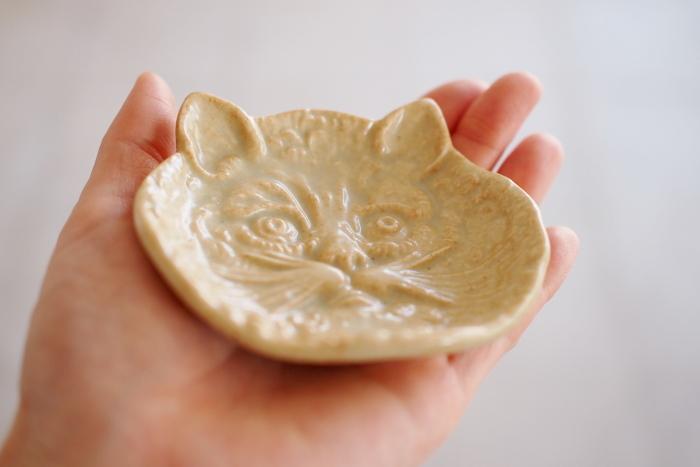 岡山県倉敷市を拠点に活動する雑貨メーカー「倉敷意匠」の豆皿は、フランスのアンティークに見られる鋳物のピントレイの猫をベースに、美濃の原型師さんがアレンジした作品。