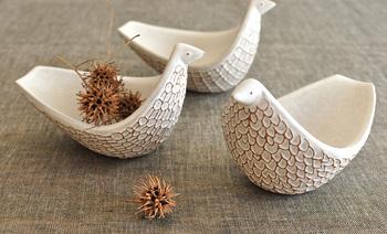 鳥たちが心地よい言葉を奏でるように、ひとつひとつの作品が体を通じて心に伝わるように…という想いを込めて制作されているバーズワーズの陶器の作品は、ぬくもりいっぱいで、お部屋にひとつあるだけで、ほっこり心が癒されます。