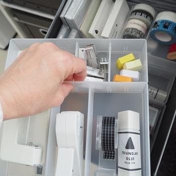 引き出しの中で使うほか、そのまま出してテーブルに置いても使えそう。文房具もモノトーンで統一すれば一層すっきりと。