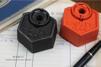 こちらはペンスタンド兼ペーパーウエイト。鋳鉄の重みと、どこかアンティークなデザインがオシャレです。一台二役でスッキリ。