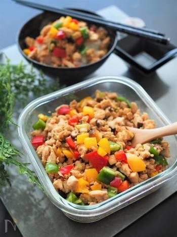 パプリカやピーマンを入れた色鮮やかな中華そぼろ。ご飯にかけて食べるのはもちろん、中華麺にのせて食べても美味しいですよ。