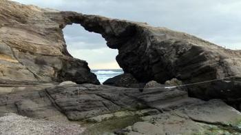 なんとも神秘的な自然の魔力を感じられる「馬の背洞門」。風や波、雨などの侵食でこのような不思議な穴が空いたんです。ここから覗く太平洋はとっても神秘的です。
