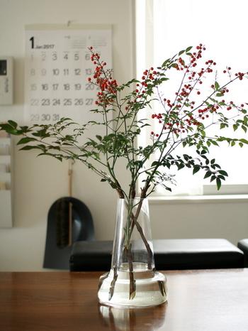 お正月の実ものといえばナンテン。華やかな赤い実と、キリっと美しい形の葉は、日本人の心を思い出させてくれるよう。和の雰囲気のナンテンですが、ガラスの器に生ければリビングやダイニングにもなじみます。実はドライにして楽しめますよ。