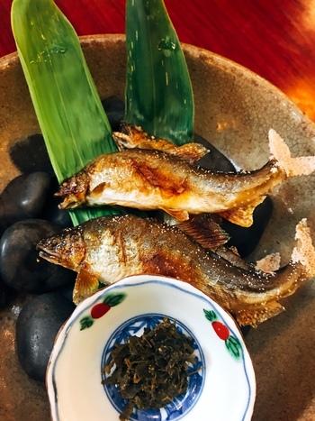 もちろん、夏の京料理の代表でもあるアユの塩焼きも召し上がれますよ。焼きたてふわふわの食感が、お魚好きの方にはたまりませんね。