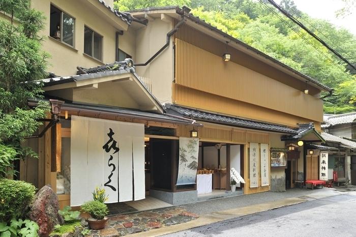 京都の奥座敷と呼ばれる貴船。「喜らく」は、そんな貴船で大正時代から続く歴史あるお店だそう。貴船神社の門前で古くから貴船神社を訪れる人たちの旅籠として栄えたのだとか。今も四季折々のお料理が楽しめると人気を集めています。貴船神社を訪れた事がある方は、一度は目にしたことがあるお店かもしれませんね。