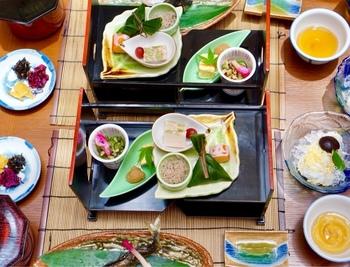 5月・6月(平日のみ)に楽しめるのが、清涼膳に小鉢のそうめんと鮎の塩焼きがついたこの時期限定のメニュー。彩りも可愛らしく華やかで、五感で京を感じることができそう。