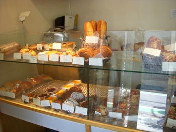 小田急線 代々木上原駅から徒歩7分。丁寧な製法でこだわりのパンを作っている小さなパン屋さん「カタネベーカリー」の地下に、「カタネカフェ」があります。