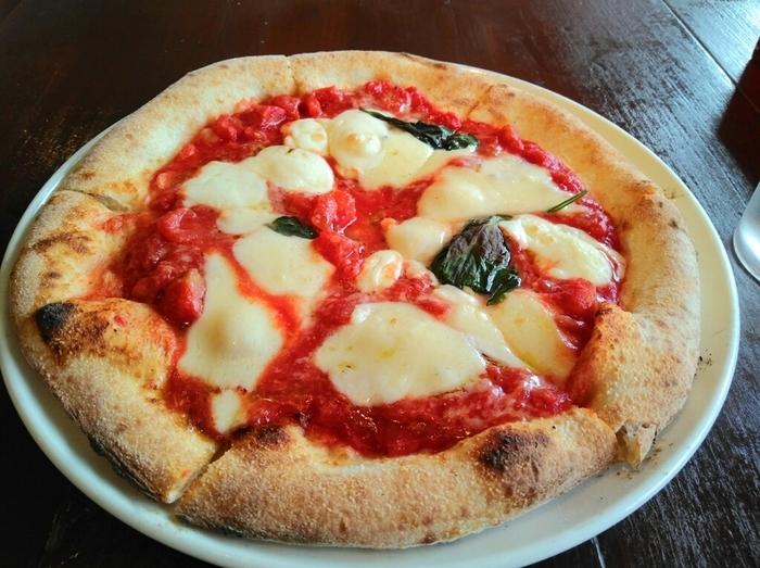 一番人気は、釜焼きのピッツア。もちもち生地のナポリピッツァは、ボリュームも満点。もちろんお味も本格的で、たっぷり乗ったモッツアレラチーズがたまりません。