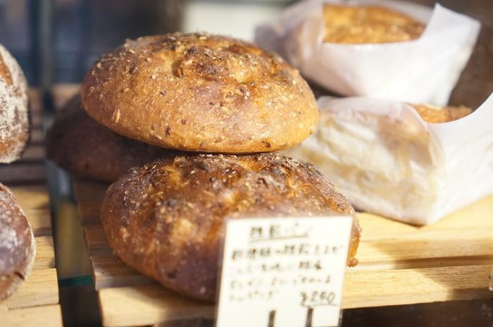 最近、人気の美味しいパン屋さんが営む「ベーカリーカフェ」。販売店で行列のできる美味しいパンを使った、サンドイッチやバーガーなどのメニューが豊富に揃ったカフェは、モーニングから美味しいパンをその場で食べられる事で人気を集めています。