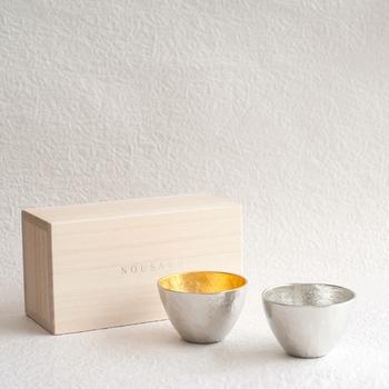 とてもおめでたい雰囲気の金錫ペアのぐい呑みです。能作らしい優美なデザインは、お酒の口当たりをよくしてくれるので、晩酌の時間が楽しみになりますね。(9,504円)