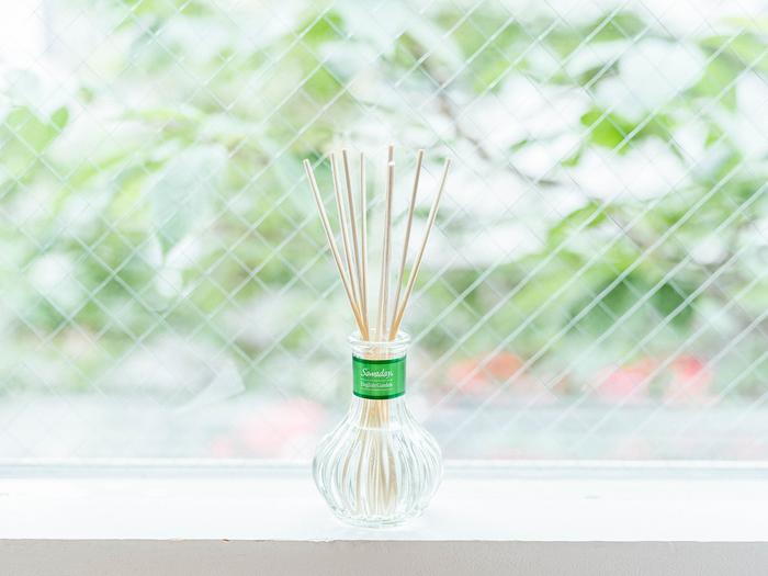 緑のラベルが植物をイメージさせる『日比谷花壇セレクト』シリーズの「イングリッシュガーデン」。ミュゲ(すずらん)を中心にシトラスやハーブなどをミックスした心地よいグリーンフローラルの香りです。自然光が差し込む、明るく開放的な空間がよく似合いそう。リビングの窓辺に置いてみてはいかがですか?