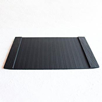 硯の材料にも使われる堆積岩で作られた上品な大皿です。マットな質感と独特な紋様に心がときめきます。パーティーにも使えるスタイリッシュなプレートです。(7,020円)