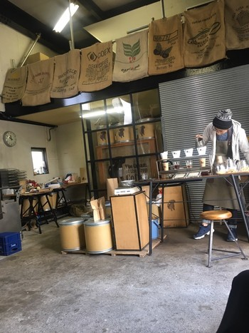 大きな焙煎機やコーヒー豆の入った麻袋が置かれている倉庫のような店内。無造作に置かれた飾らない雰囲気がクールでかっこいいですね。