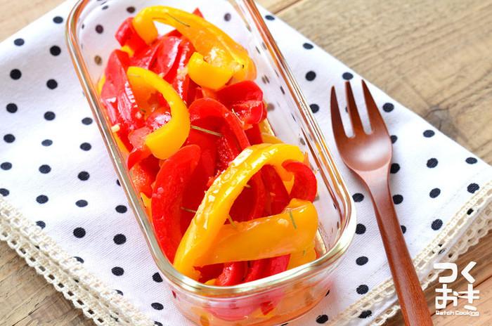パプリカの鮮やかな色合いがキレイなこちらは、レンジで加熱して和えるだけの手軽な常備菜。ハーブとニンニクの香りに食欲がそそられます。冷蔵保存で5日持つので、常備菜にしておくと便利です。