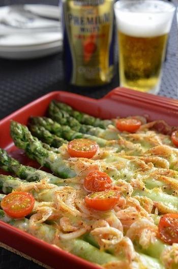 オーブントースターにおまかせのお手軽レシピ。桜海老の風味ととろ~りチーズがアスパラとベストマッチ!アスパラは丸ごと1本使うことで、満足感いっぱいのおしゃれな一品に。