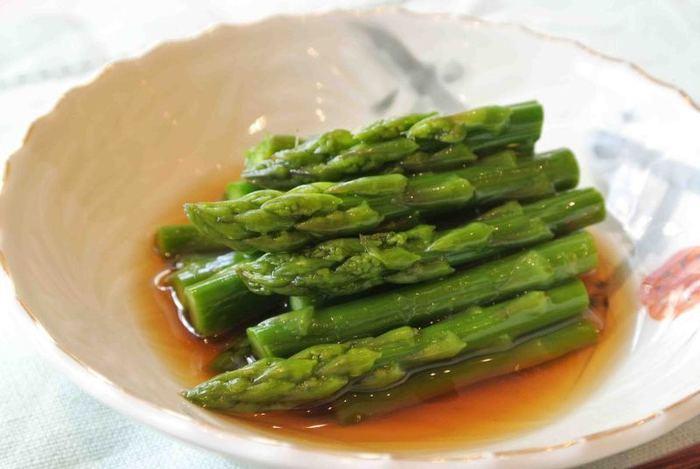 しみじみ美味しいアスパラのお浸し。麺つゆを使ったシンプルな味付けなので、アスパラ本来の美味しさを堪能できます。芯を軽く残す程度に茹でると、アスパラのシャキッとした食感も楽しめます。新鮮なアスパラが手に入ったら、ぜひ作ってほしい一品です。
