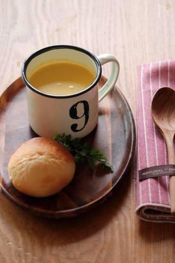 かぼちゃやにんじん、玉ねぎなどの野菜をコトコト煮て、バターや塩などを加えてミキサーにかけます。このスープのもとがあれば、あとは牛乳を足すだけ。忙しい朝にも野菜たっぷりのスープが楽しめます。
