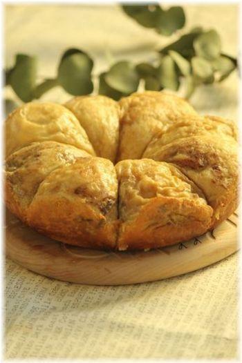 丸めたパンを並べて焼くとちぎりパンに!表面に生クリームを乗せて焼くので、ふわふわにもちもちが加わってとっても美味しいんです♪