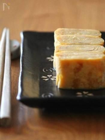 だしは使わず、お砂糖やみりんをしっかり入れた甘い卵焼き。お弁当に入っていると、うれしい一品ですね。作り方の動画も紹介されています。