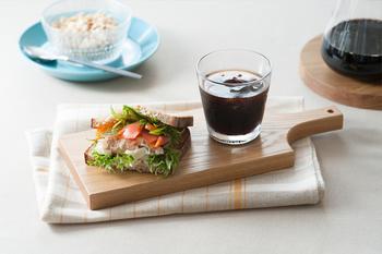 一人用のお昼やおやつがのせられる、プチサイズのカッテイングボード。まるでカフェごはんのような見栄えに♪ 家族がいる時は、お料理と一緒に食べるパンやバターをのせるために使っても◎ 使う程に木に風合いが増していく楽しみもあります。