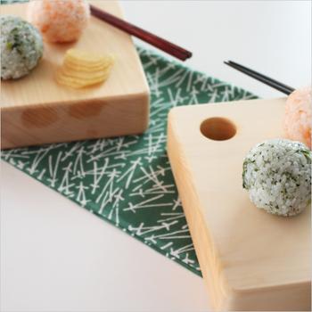 厚みのあるぽってりとした佇まいがかわいいカッテイングボード。おしゃれにアレンジした丸むすびが絵になります♪ 器をイメージしたという形が、お料理を引き立ててくれます。おにぎりや副菜、お菓子やおつまみなど、ちょこんとした物を載せるととってもキュートです。
