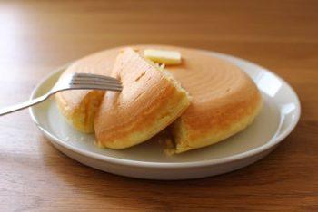 お菓子やパンも、懐かしいテイストのものがいろいろ。どのお料理も、シンプルさが魅力のものばかりです。こちらは、ぐりとぐらのカステラ。人気絵本の中のお菓子を再現したものだそうです。