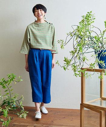 夏の海を思わせる鮮やかなブルーのリネンパンツ。グリーン系のボーダーTシャツで、一段上の上級カラーブロックをつくります。洋服の色味が強い分、シューズは真っ白を選んでクリーンにまとめましょう♪