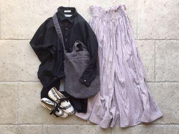 重見えが心配なブラックのシャツ。透明感のあるラベンダーカラーを持ってくれば、すっきりと軽快なスタイルに仕上がります。