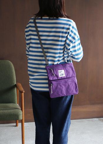 アクティブDAYにぴったりのナイロンバッグは、カラーリングの秀逸さでセンスの違いをアピール。空色のボーダーTシャツにクロスして、こなれ感漂う配色を意識♪