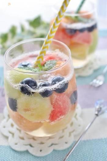 色々な果物を丸くくり抜いて作るフルーツポンチ。夏休みに家族みんなで作ってみては。お好みのフルーツで作れますが、赤、オレンジ、緑、紫などのフルーツを組み合わせると、彩りよくお洒落に仕上がります。