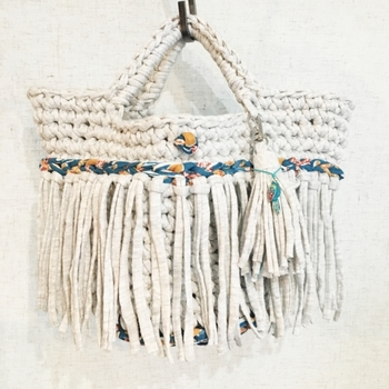 お店で売っていそうなこちらのバッグもいらなくなったTシャツを使って編み上げた『ズパゲッティバッグ』。夏のファッションにも涼しげでよく合いそうですね。お家でいらなくなったTシャツを探して作ってみてはいかが?