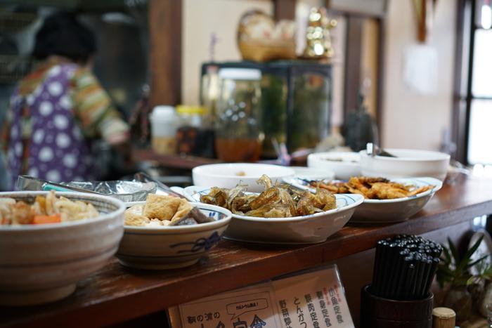 カンターに並んだお惣菜の数々…ほっこりしますね。お刺身や煮魚、ラーメンなども美味しいそうですよ。