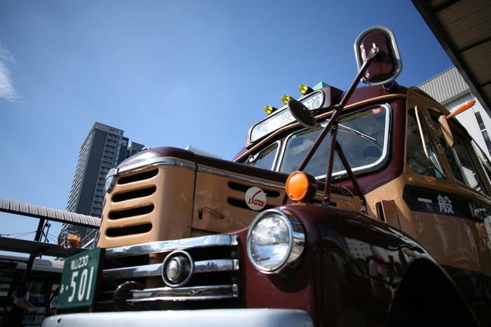 このレトロなボンネットバスは、福山駅から、福山自動車時計博物館に立ち寄って鞆の浦へ向かう、土日祝のみ運行する観光バスです。鞆の浦の雰囲気にマッチしますね。