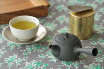 磁器製の急須に比べると保温性に優れ、茶渋が目立ちにくいのも特徴的。 使っていくうちに、急須にお茶の香りが蓄えられ、より香りの高い深い味わいのお茶が淹れられるようになるそうです。