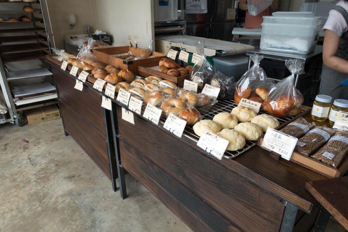 どれもしっかり小麦を感じられる味わいで感動ものです。メロンパンやロールパン、デニッシュ類やフランスパンなど種類も豊富。