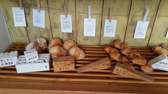 天然酵母で作られたパンは香ばしくてとってもおいしい。各パンについて説明書きも用意されていて、そんなきめ細やかな優しさが嬉しいパン屋さんです。