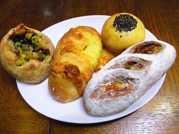 サツマイモたっぷりのパンや芳醇なチーズ、黒ごまの乗った優しい甘さのあんぱんなど種類も豊富。どっしり食べ応えもありますよ。