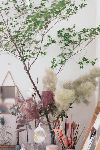 高さがありますので、それだけで存在感のあるインテリアに。低い位置に他の切り花やグリーンをコーディネートしても素敵です。