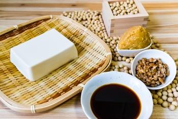 おつまみやご飯のおかずからスイーツまで。豆腐を使ったいろんなアレンジレシピをご紹介しました。 この夏はご紹介したレシピを参考に、お手頃価格で栄養たっぷりの豆腐を使って、ヘルシーで美味しい料理やスイーツを作ってみませんか?