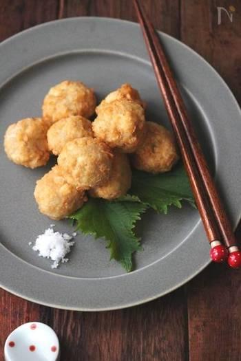 豆腐をレンコンと合わせて揚げ団子に。豆腐をしっかりと水切りをするのが美味しく作るコツ。ふわふわもっちりの食感はお酒のおともにもピッタリです。