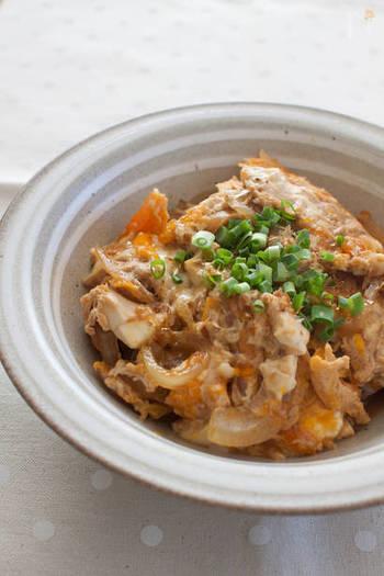 ちょっと小腹が空いた時の夜食や、お昼ご飯にもピッタリの豆腐たまご丼。お酒の〆に出してもいいですね。