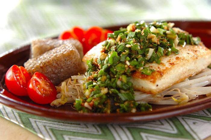 豆腐が主役のご飯によく合うおかず。さっぱりイメージの豆腐ステーキにニラソースをかければ、食べ応え十分な一品に。