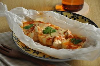 節約食材でもある豆腐と鶏の胸肉は、たんぱく質もたっぷり♪電子レンジだけでできちゃうから、火を使いたくない暑い日にもピッタリのレシピです。