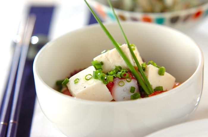 白ワインにもピッタリなシンプルサラダ。ニンニクと白ネギが入ったドレッシングは熱々の状態で豆腐とタコにかけて召し上がれ♪